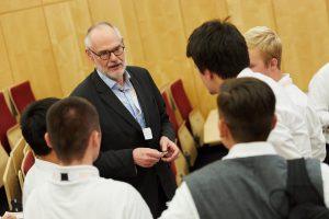 Professor Gert G. Wagner im Gespräch mit dem Team des Martin-Andersen-Nexö Gymnasiums aus Dresden während der Pause